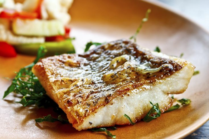 Una deliciosa receta de pescado al horno con verduras, la combinación perfecta para un platillo completo, pruébalo con tus invitados les encantará.
