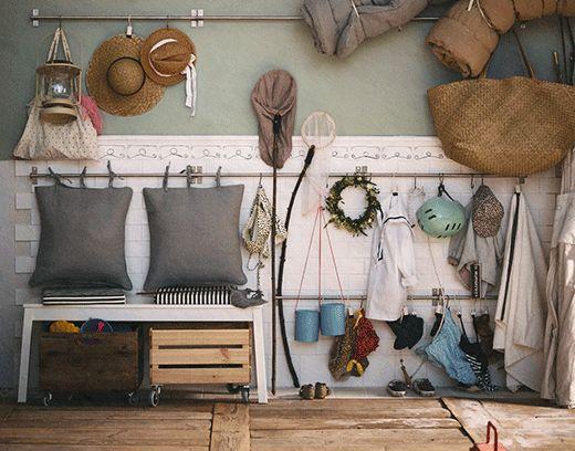 Questo ingresso è pronto per l'estate. Sulle pareti ci sono ganci e binari per appendere costumi, asciugamani, cappelli, tappetini e salvagenti.