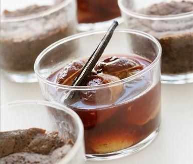 Varm och kladdig chokladbakelse med vaniljkokta plommon är en härlig efterrätt. Receptet följer du enkelt i två steg och därefter kan du servera en raffinerad dessert.