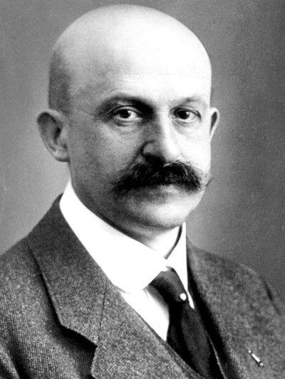 Paul Daimler né en 1869 mort en 1945, pionnier de l'automobile, patron héritier de Daimler, pionnier de Mercedes-Benz, fils de Gottlieb Daimler co-inventeur des moteur à explosion en 1883.