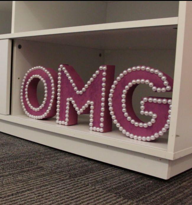 As letras decorativas são ótimas para alegrar seus ambientes sem gastar muito. Saiba como customizar cada letra do seu jeito.