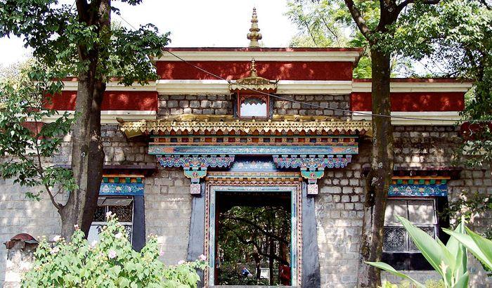 Norbulingka-Institute-Dharamshala-wnorrix-wikimedia.jpg (700×410)