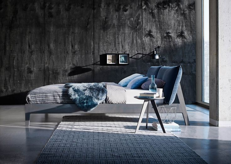 Alva - Holzbett mit Kissen in Leder oder Stoff • Möller Design Shop • KwiK Designmöbel
