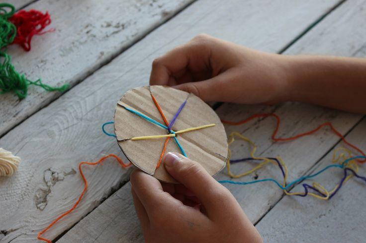 A színes, fonott karkötők nagyon divatosak és vidámmá varázsolják a nyár végét.