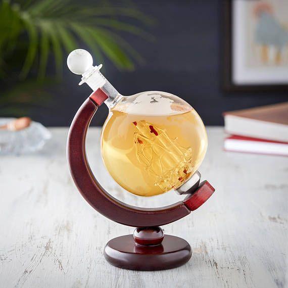 Dieser wunderschöne Whisky set mit Globus Dekanter und Tumbler Glas mit Wappen-Motiv ist eine wunderbare Geschenkidee für Väter, die besonders in der Liebe mit Whisky oder Rum sind. Das hochwertige Trommel Glas ist ehrfürchtig hergestellt und fein graviert mit den herzlichen Kompliment Beste