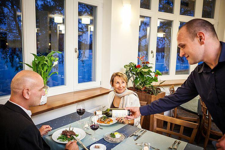 Restaurace Máchovo jezero www.hotelport.cz  PORT CAFE&RESTAURANT je ideálním místem na oběd či večeři formou à la carte, stejně jako na šálek dobré kávy či sklenku osvěžujícího nápoje. Ani zde nechybí jedinečný výhled na jezero a hrad Bezděz.