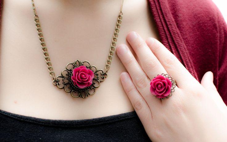 Collar y anillo de rosa con base labrada en Corona de Papel Accesorios