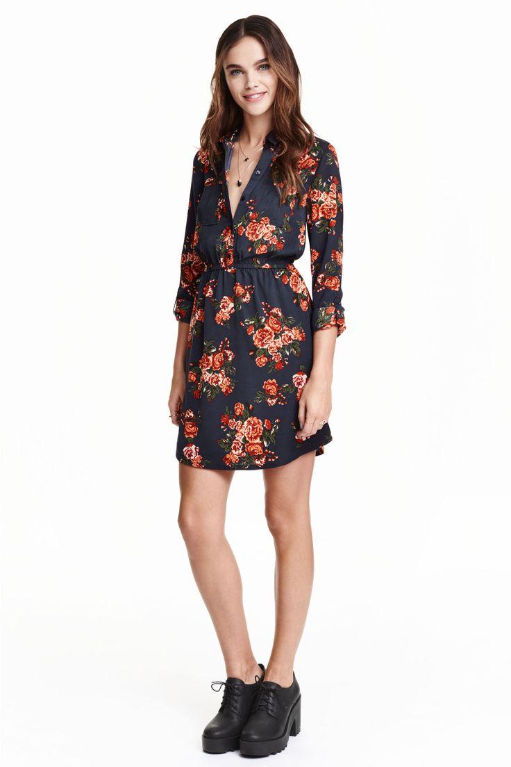 Robe chemise: Robe courte en viscose tissée. Modèle avec col chemise, boutonnage et poches de poitrine en haut. Manches longues retroussables par patte boutonnée. Découpe élastique à la taille.