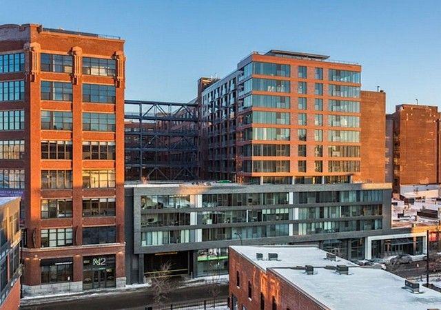 Bâtiment de style industriel avec de larges fenêtres