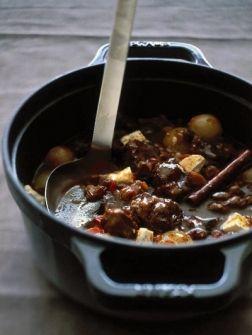 Griekse runderstoofschotel stifado - Recepten - Eten - ELLE   ELLE