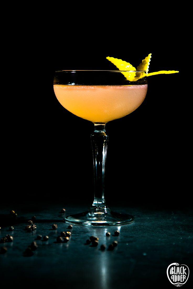 KING RICHARD  Beefeater gin, gooseberry liqueur, fresh lemon juice, grated pepper / Ο βασιλιάς Ριχάρδος ξανά στο θρόνο του. Λονδρέζικο τζίν χτυπημένο με λικέρ φραγκοστάφυλο, χυμό λεμόνι και μαύρο πιπέρι.  #blackaddercocktsails #ilovecocktails #beafeatergin #ginincocktails #kingrichard #theblackadderpub #blackadder