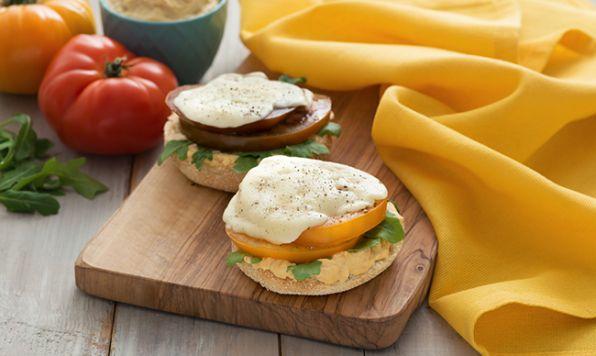 Le goût poivré de la roquette, la fraîcheur de la tomate et la richesse de l'hummus se marient parfaitement dans un sandwich végétarien grillé pour un repas léger ou une collation gourmande.