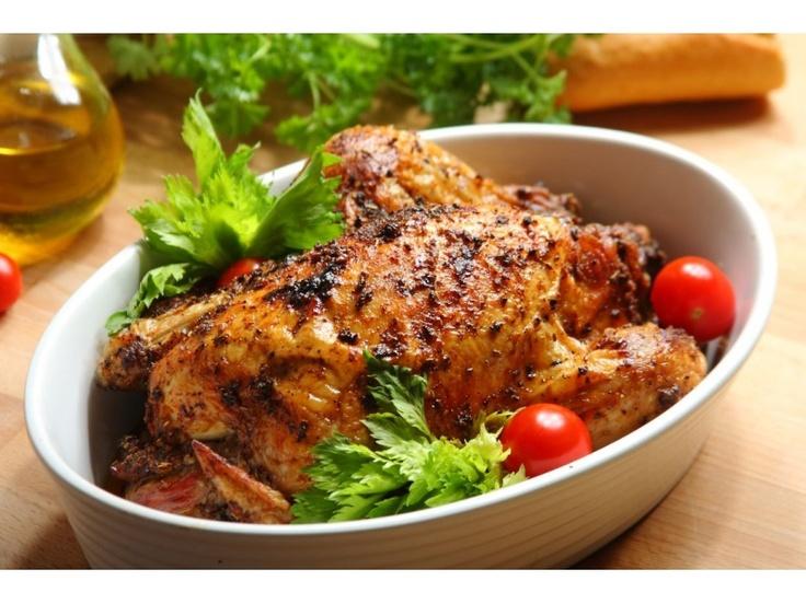 Umyj kurczaka, natrzyj go marynatą Knorr,  również w środku i pozostaw na godzinę w lodówce. Oddz...