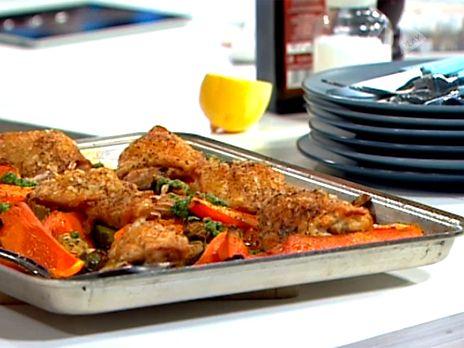 Toves recept på ugnsrostad kyckling med riktigt krispigt skinn. Serveras med pumpa, morötter och brysselkål som lagas i samma form. Gott med hemlagad eller färdigköpt pesto till.