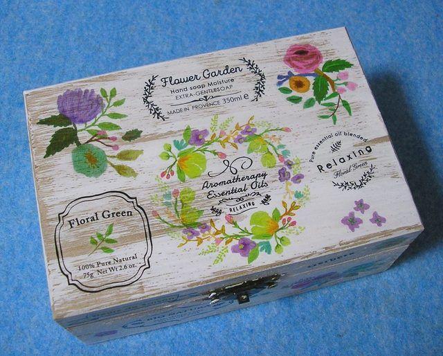 ★ハーブ、アロマセラピー、ヒーリングをテーマにしたビンテージ調の素敵な木製ジュエリーボックスです。薔薇やガーベラ、クロッカスなどの草花、英語やイタリア語、フランス語で書かれたエッセンシャルオイルのラベル等が魅力的です。★アクセサリーの他に切手やお薬、お気...