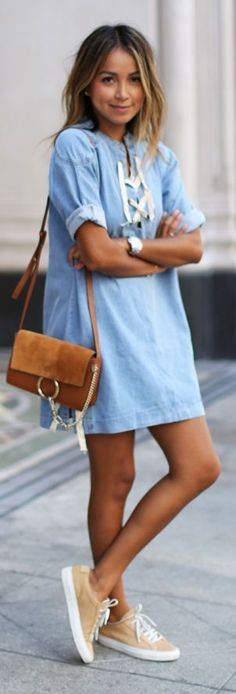 Denim lace up dress. Vestido celeste HERMOSO con bolso casual marrón rectangular