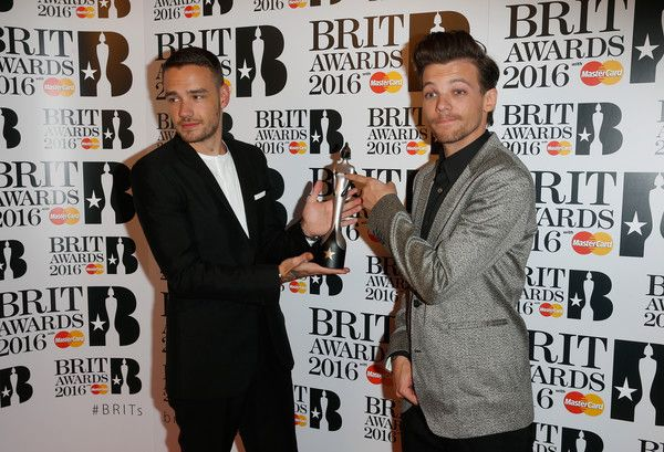 Liam Payne Photos - Liam Payne and Louis Tomlinson from One Direction with their British Artist Video of the Year award at the BRIT Awards 2016 at The O2 Arena on February 24, 2016 in London, England. - Brit Awards 2016 - Winners Room