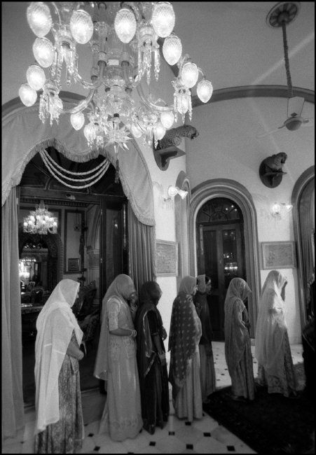 Ferdinando Scianna INDIA, Udaipur: women in a queue. ©Ferdinando Scianna/Magnum Photos