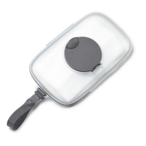 <p>La boîte à lingettes Swipe de Skip Hop vous permet de garder à portée de main vos lingettes propres et rangées lors de tous vos déplacements.<br /> Glissez la pochette dans votre sac à couches ou attachez-la grâce à sa courroie à votre sac ou à votre poussette.<br /> D'une seule main, faites glisser le bouton pour un accès rapide et facile.La boîte se referme avec un «clic» af...