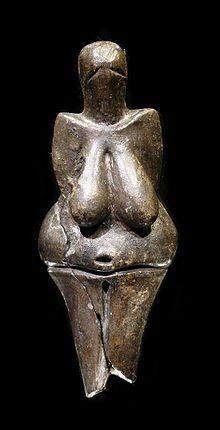 VENUS DE DOLNÍ-VESTONICE. Esta pieza destaca por su tendencia al esquematismo, sin embargo mantiene las características fundamentales que presentan este tipo de figuras como la exageración de los senos y el vientre, dejando a un lado el desarrollo de las piernas y brazos y, especialmente del rostro.