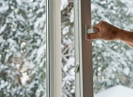 Стоит ли зимой менять старые окна на пластиковые? #пластиковыеокна #зимниймонтаж #заменаокон #ремонт
