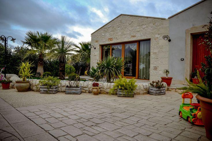 18 Ingresso con giardino fronte casa in pietra / Basole e ghiaia a vista