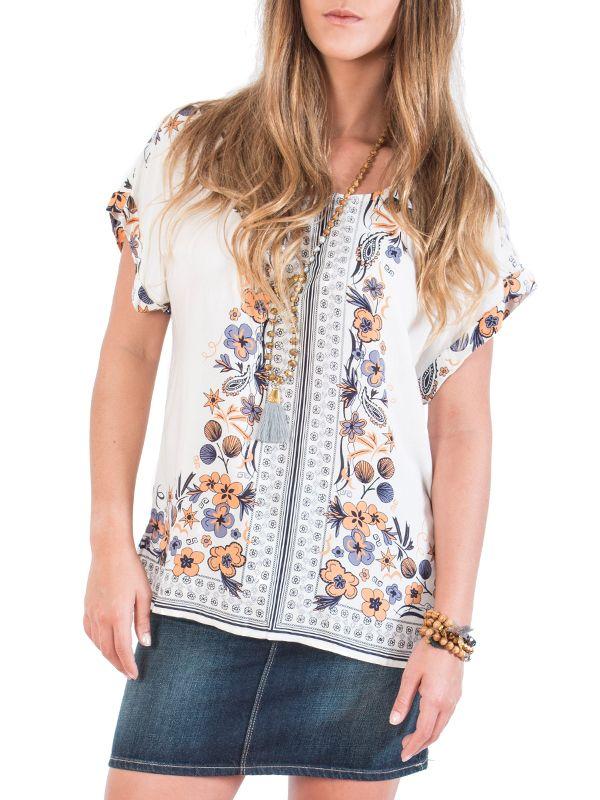 Estela, un #top blanco manga corta con bello estampado decorativo. De corte suelto y cómodo. Ideal para combinar con jeans #Wapas212 #Flower #Print #Shirt #Boutique