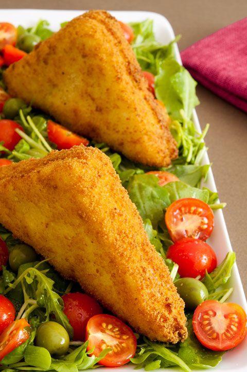 EMPAREDADOS DE JAMÓN Y QUESO    Ingredientes (para 2 emparedados triangulares):        2 rebanadas de pan de molde      1 loncha de jamón de york      1 loncha de queso      Leche      Huevo batido      Pan rallado      Sal      Pimienta