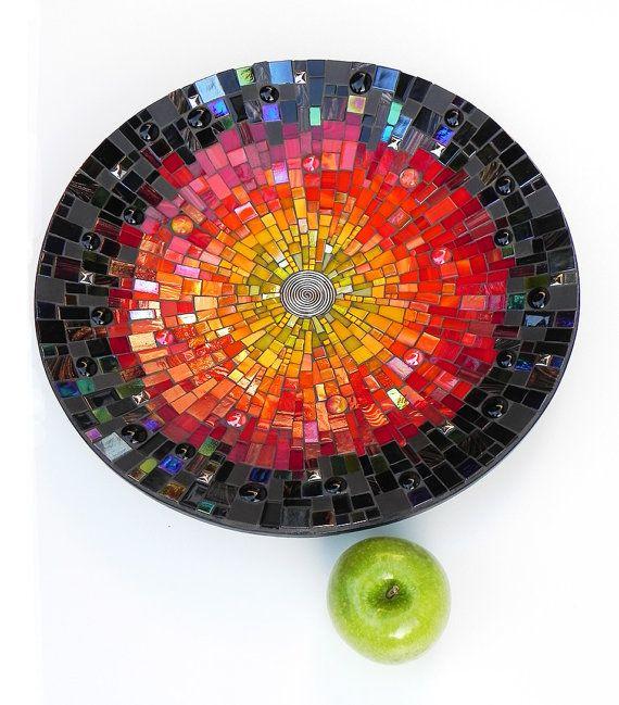 Großen Teller, Abmessungen 45 cm / ~ 18 Durchmesser. Gemacht von Hand geschnitten Glasmalereien, Glas, Fliesen und glasierte keramische Fliesen und Platten auf Bambus-Schale. Anthrazit-Fugenmasse.  Sieht gut aus auf einem Tisch. Kann auch an eine Wand gehängt werden. Lassen Sie dieses Gericht verschönern jedes Zimmer oder Küche mit einem einzigartigen Touch!  Haben Sie Fragen zu diesem Titel oder ein anderes Element in meinem Shop, Bitte Convo mich.