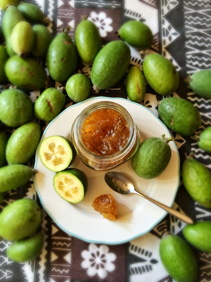 Alessandra Zecchini: Feijoa jam... is like guava paste!