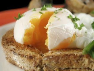 Só podem ser feitos com ovos frescos, do contrário, se espalham pela frigideira