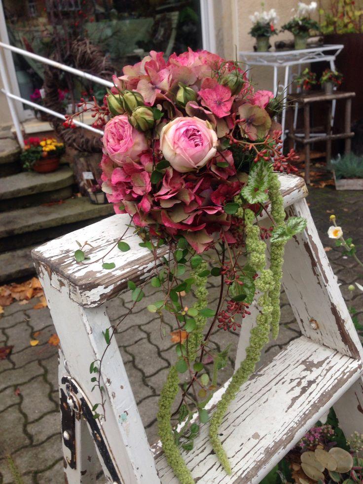 Herbstlicher Biedermeier mit Hortensie und Rosen