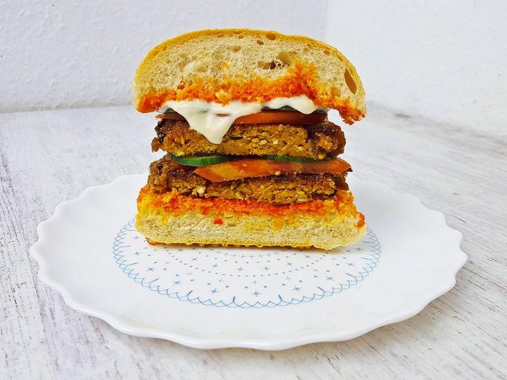 Burger z tofu to świetna alternatywa dla innych wegańskich burgerów. Jeśli chcesz kogoś przekonać do tofu, to tofu burger będzie to tego idealny.