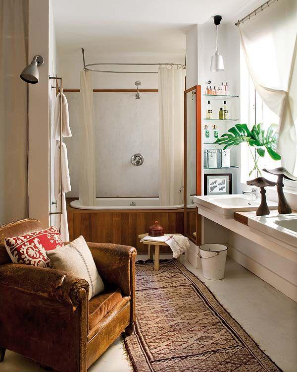 Adoooro os banheiros estilo campestre em moradas urbanas, casa ou apês. Paixão por esse lustre! Vocês gos...