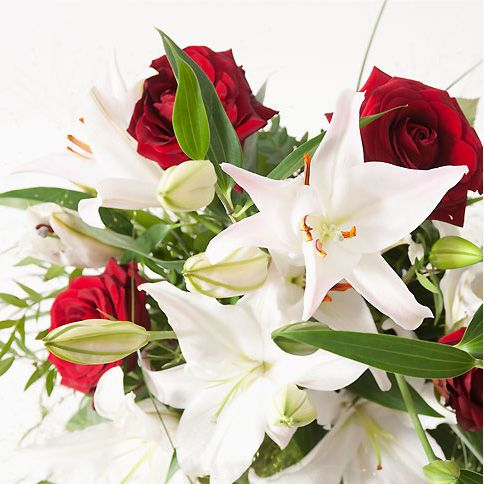 bouquet de roses rouges et lys blancs moyennes tiges livr sans le vase le lys et la rose se. Black Bedroom Furniture Sets. Home Design Ideas