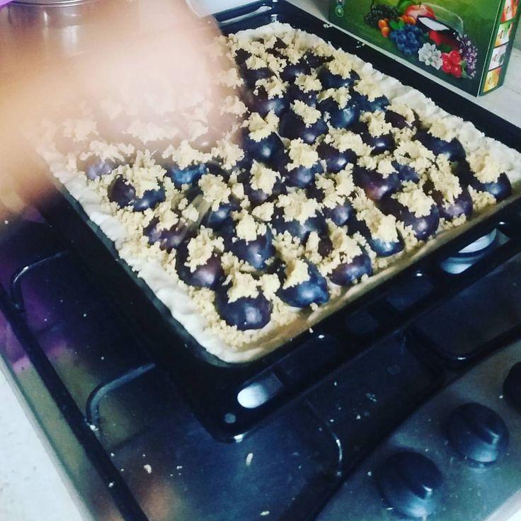 Máte chuť na Babkin Slivkový koláč - SLIVKÁČ? Aj my sme mali ale povedala som si musí to ísť aj bez masla, vajec, lepku a cukru :) A že išlo, skúste aj Vy!