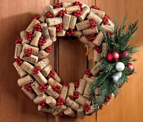 Guirnalda para Navidad Otra opción para incorporar los tapones de corcho a las celebraciones navideñas es hacer una guirnalda con ellos.