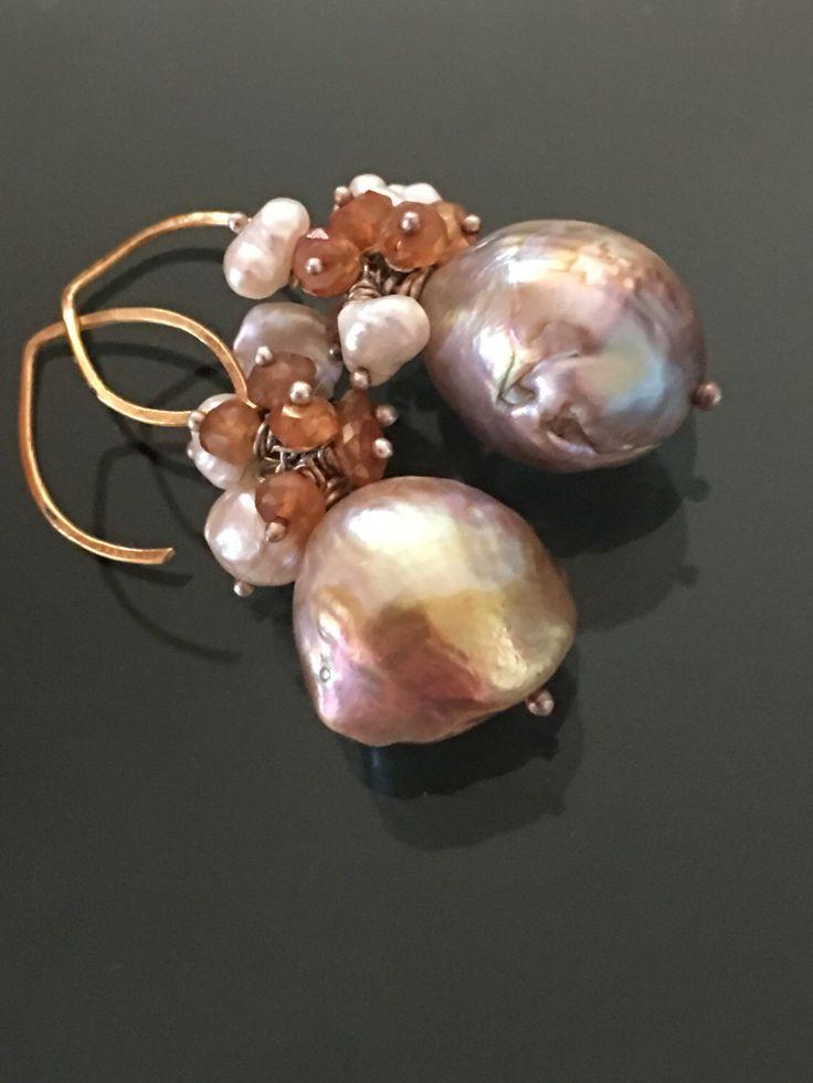 Orecchini orchidea - palla perla, perla keishi, pirite, zaffiri e oro 18k di Lucedistrega su Etsy https://www.etsy.com/it/listing/76690684/orecchini-orchidea-palla-perla-perla