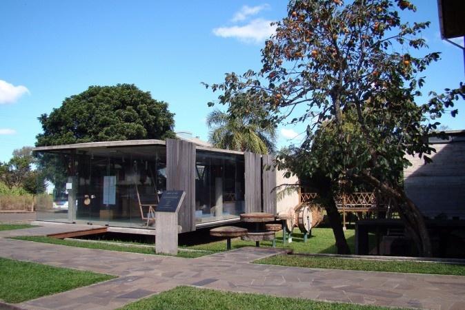 Painéis móveis de araucária protegem a fachada do museu e, com o tempo, vão ostentar o mesmo tom dos fechamentos do moinho. Foto por Nelson Kon e Anelise Kunrath