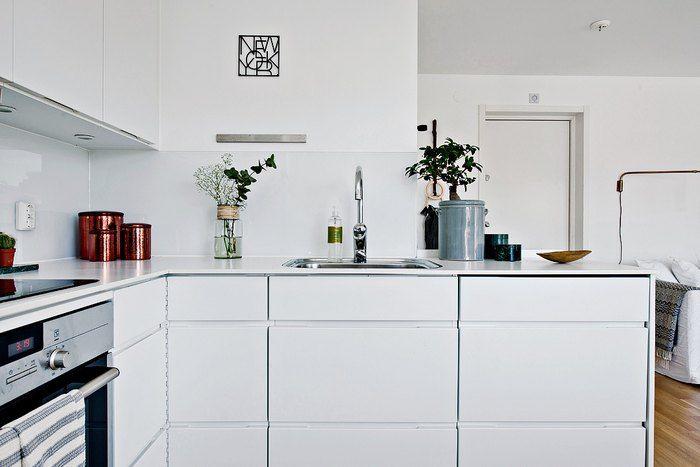 Кухонные фасады, стены и потолки они сделали матовыми, а вот кухонный фартук выполнили из стекла, что визуально изменило пространство и словно углубило его.