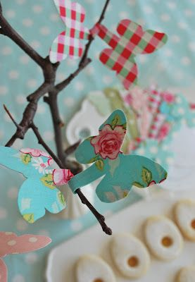 Inspiration: use butterflies twist ties to decorate spring twigs. From mamas kram. Made from thin wire and fabric.