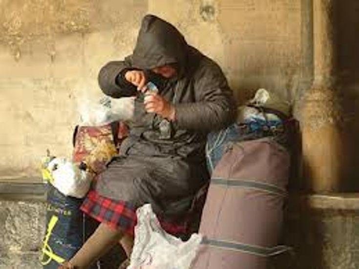 """Come si diventa """"amici di strada"""". Si chiamano """"Gli amici di strada"""". Hanno solo due regole: """"no soldi, sì trasparenza"""". Vanno in giro a distribuire cibo e coperte ai senzatetto nel tempo libero. È questo il ritratto di un giovanissimo gruppo di studenti della provincia di Napoli che, mosso da un forte spirito di solidarietà, ha deciso di impegnarsi in questa sfida sociale tra una giornata di studio e una di lavoro."""