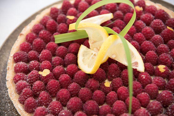 Überrasche deine Gäste mit der herrlich fruchtigen Himbeer-Zitronengras-Tarte. #cakart #berries