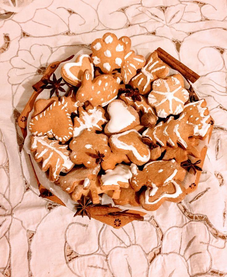Рождественские медовые пряники.                        Ингредиенты: 450 г. меда 160 г. сливочного масла 5 яиц мука 2 ч.л. соды без верха 2 ч. л. пряностей: корица, гвоздика, кардамон, мускатный орех, душистый перец, черный перец Сироп: 5 ст.л. воды 400 г сахара Жженка: 5 ст.л. сахара 1 ч. л. соды 2 ст.л. воды Глазурь: 1 яичный белок 180-200  сахарной пудры.