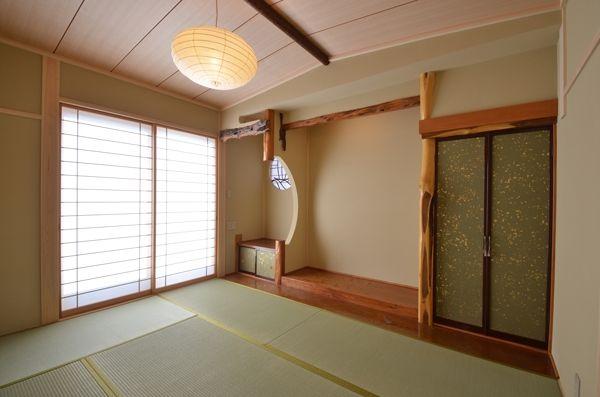 2階の客用寝室-旧家の床の間を再現(『蓬莱の家』独り暮らしと集まる家)- ベッドルーム事例