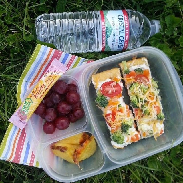 Ranch Veggie Pizza, Red Grapes, and Fresh Pineapple. #lunchbox #easylunchboxes #vegetarian #kidapproved