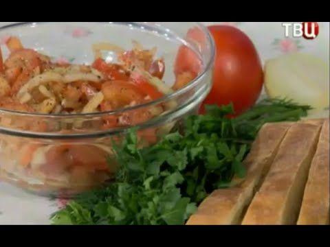 """Если у вас есть любимый человек, но вы временно разлучены друг с другом, предлагаем сделать салат с говорящим названием: """"Томатный разлучник"""", он и голод утолит и душевное томление убавит.   Нам потребуются: - помидоры - 3 шт., репчатый лук - 1 луковица, оливковое масло - 2 ст. л., бальзамический уксус - 1 ч. л., лаваш, черный перец и соль по вкусу,"""