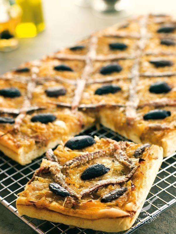 Pissaladière focaccia Nice - Ottima per un apericena o un buffet, la Pissaladière focaccia di Nizza è irresistibile. Offritela per una festicciola o come finger food, a pezzetti.
