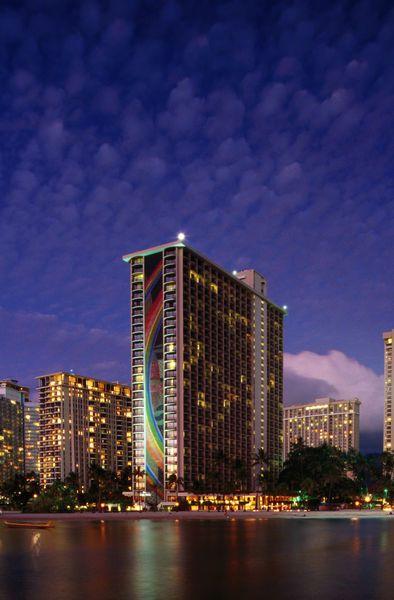 Duke Kanamoku Beach and Waikiki skyline, sunset. (Karl Lehmann)