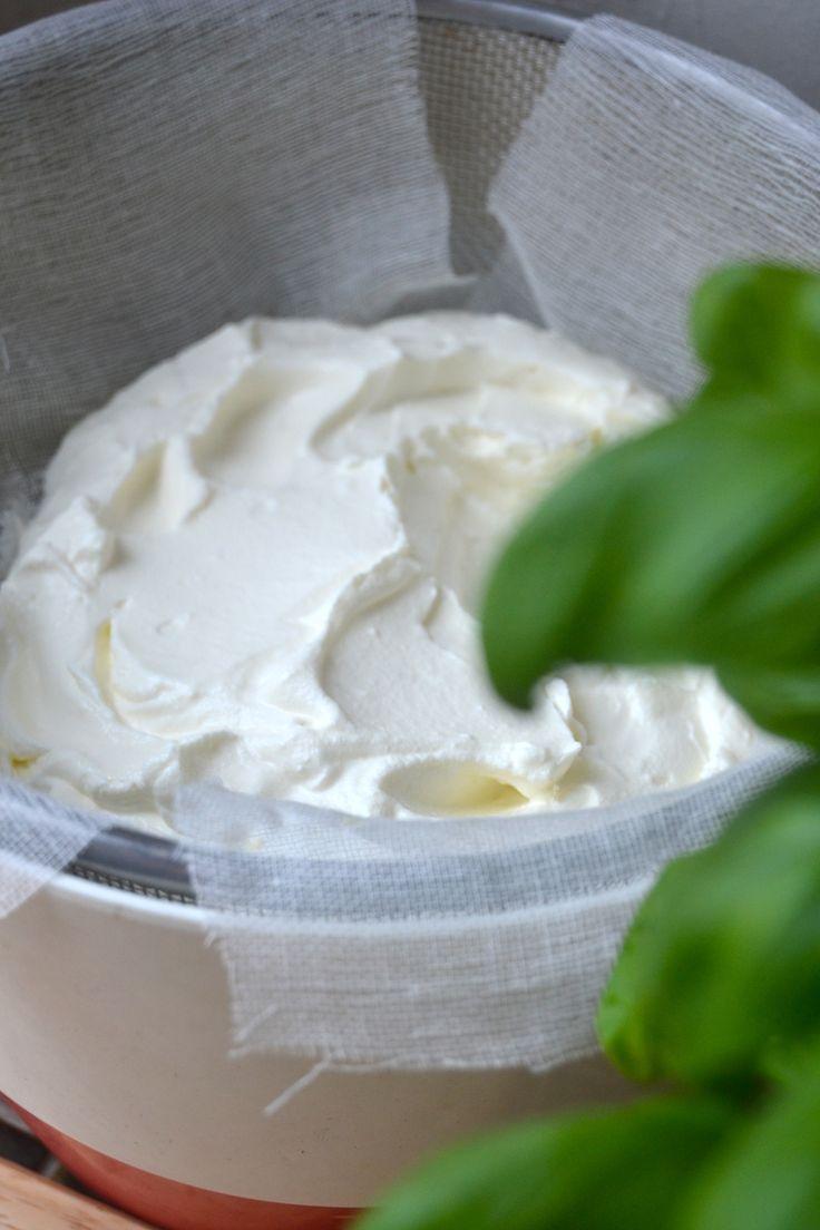 Labneh on libanonilainen tuorejuuston kaltainen valmiste, joka syntyy kotioloissa todella helposti ja vaivattomasti. Tarvitset vain jogurttia, suolaa ja sideharsoa!  Ainekset:  500...